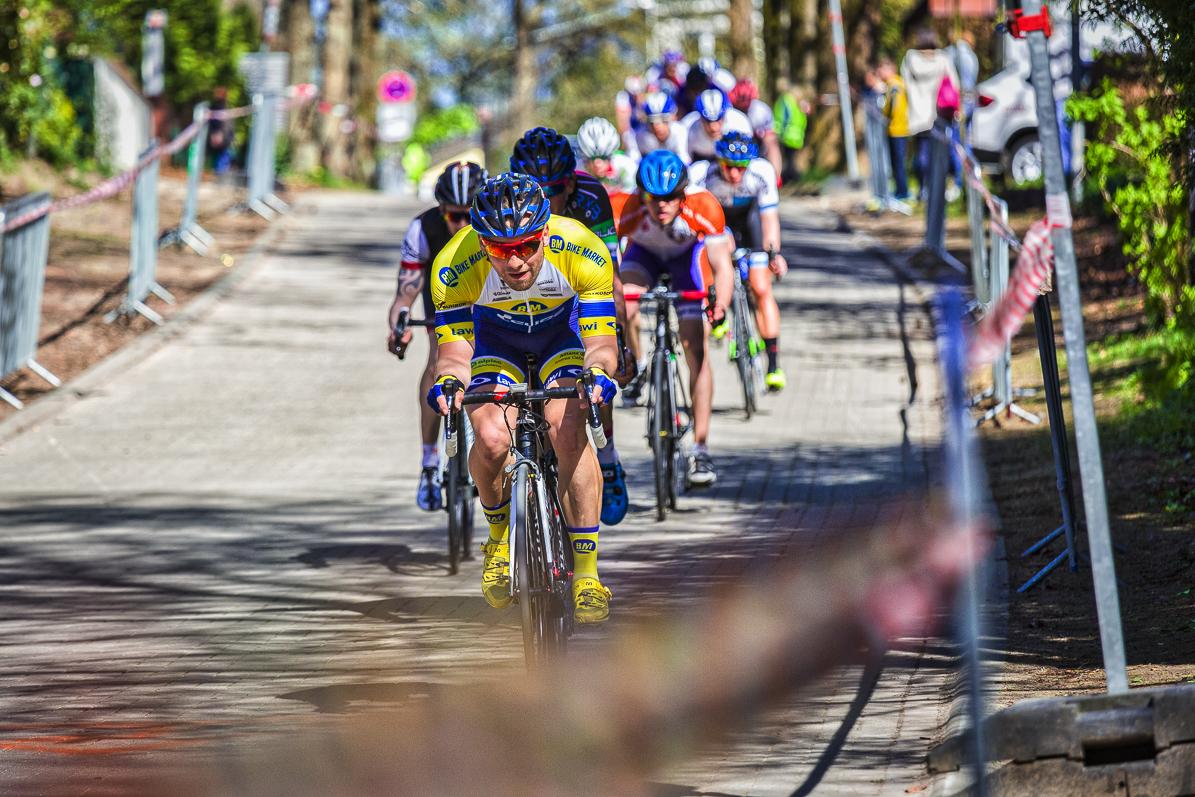 Radrennen mit bunt bekleideten Radfahrern