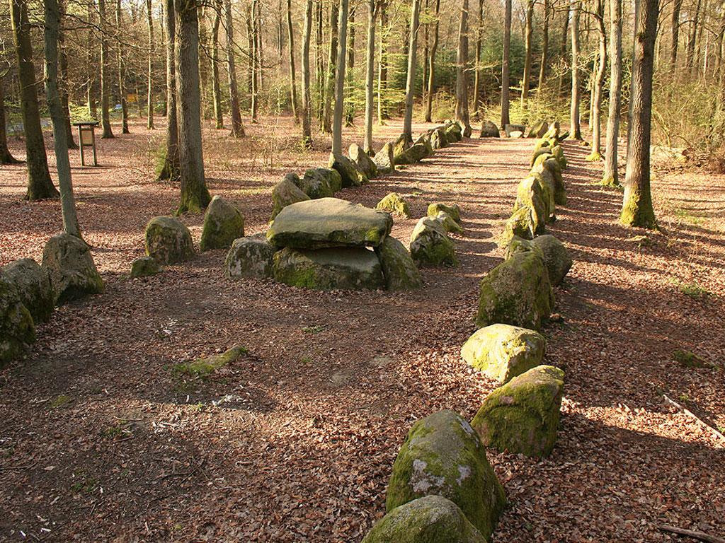 76 aufrecht stehende Steine umfassen den 48 Meter langen Grabhügel