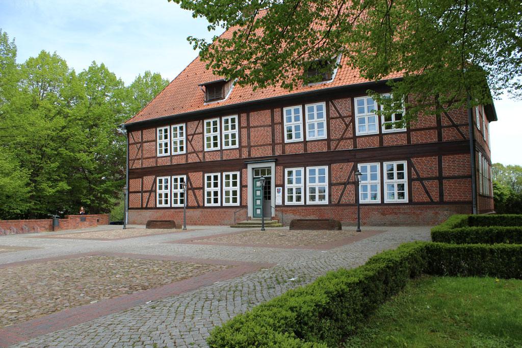 Historisches großes Fachwerkhaus aus roten Mauersteinen und roten Dachziegeln
