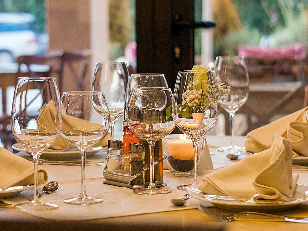 Einladend gedeckter Tisch mit Weingläsern
