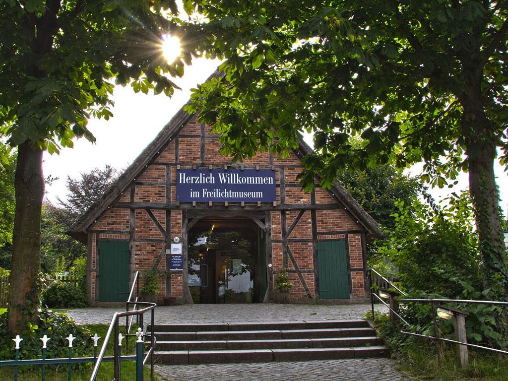 Haupthaus und Eingangsbereich des Freilichtmuseums am Kiekeberg