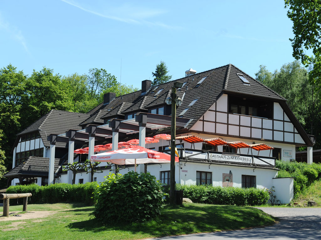 Das Gasthaus zum Kiekeberg auf dem höchsten Punkt der Harburger Berge unter blauem Himmel