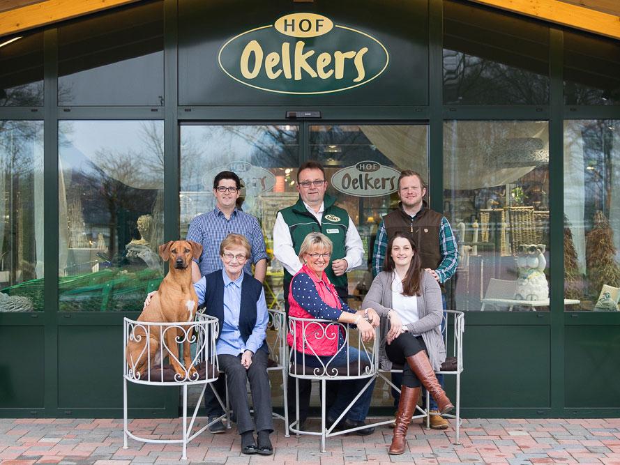 Die Familie Oelkers mit Hund vor dem Eingang zum Hofladen
