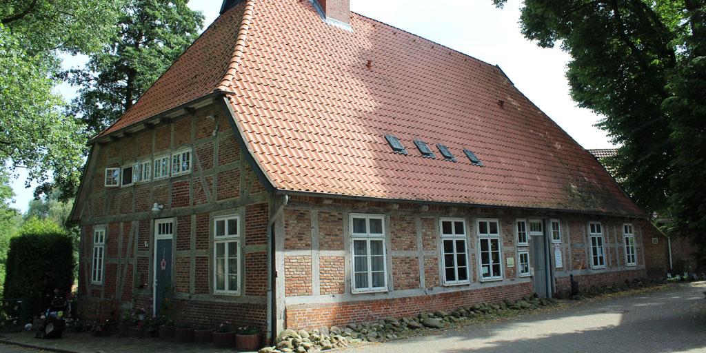 Fachwerkhaus aus roten Mauersteinen und Dach aus roten Dachziegeln