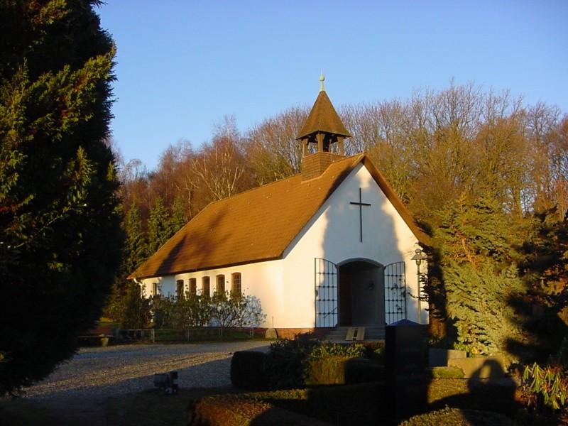 Die Kirche in Vahrendorf im Herbst