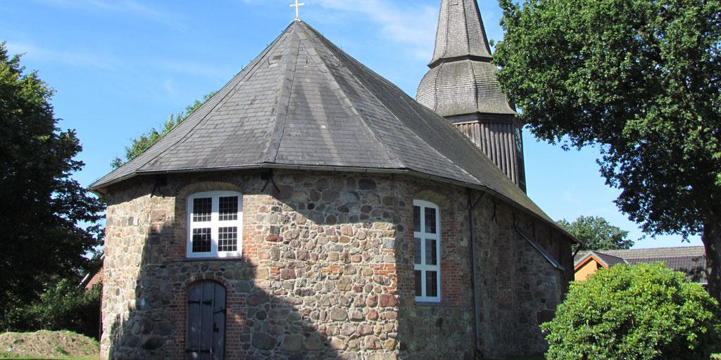 Alte Kirche aus vielen unterschiedlichen Steinen gemauert