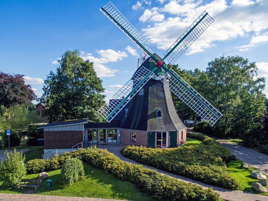 Die Mühle auf einem Hügel am Nordrand des Dorfes Dibbersen unter blauem Himmel
