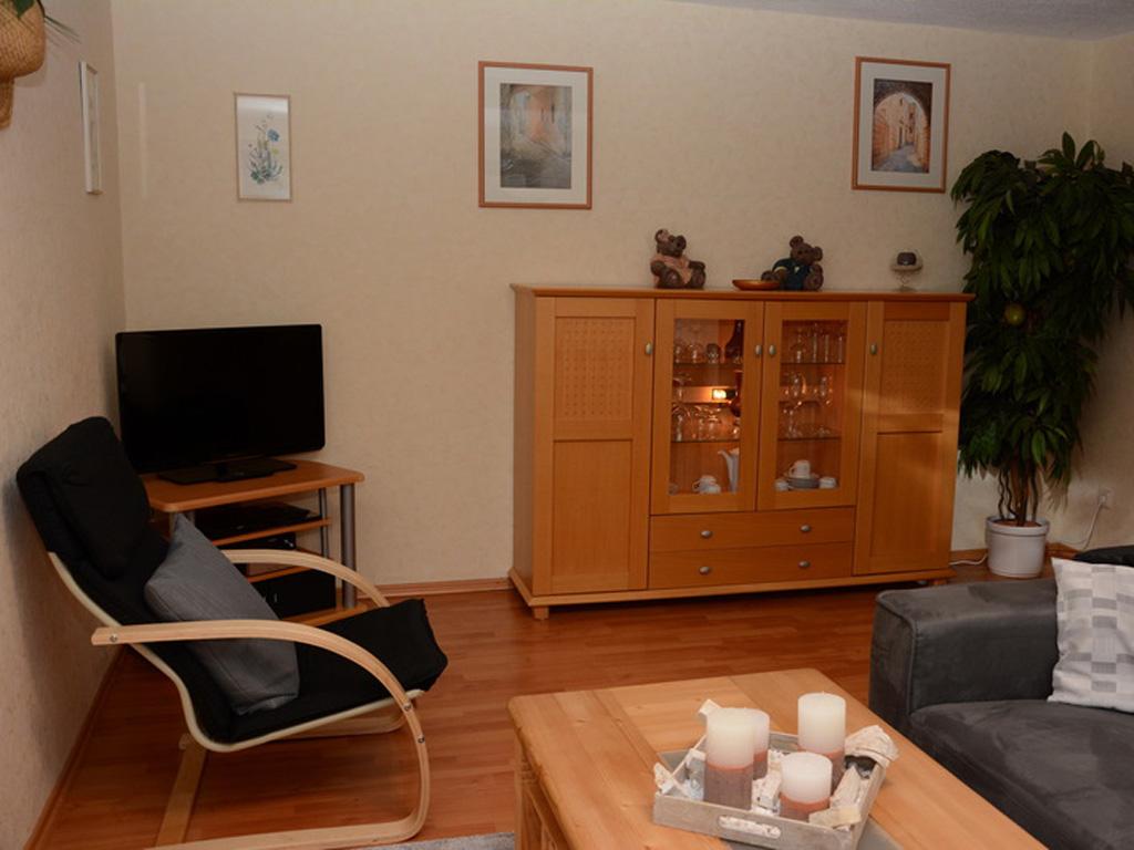 Gemütliches Wohnzimmer mit Sofa, Sessel Flachbildfernseher