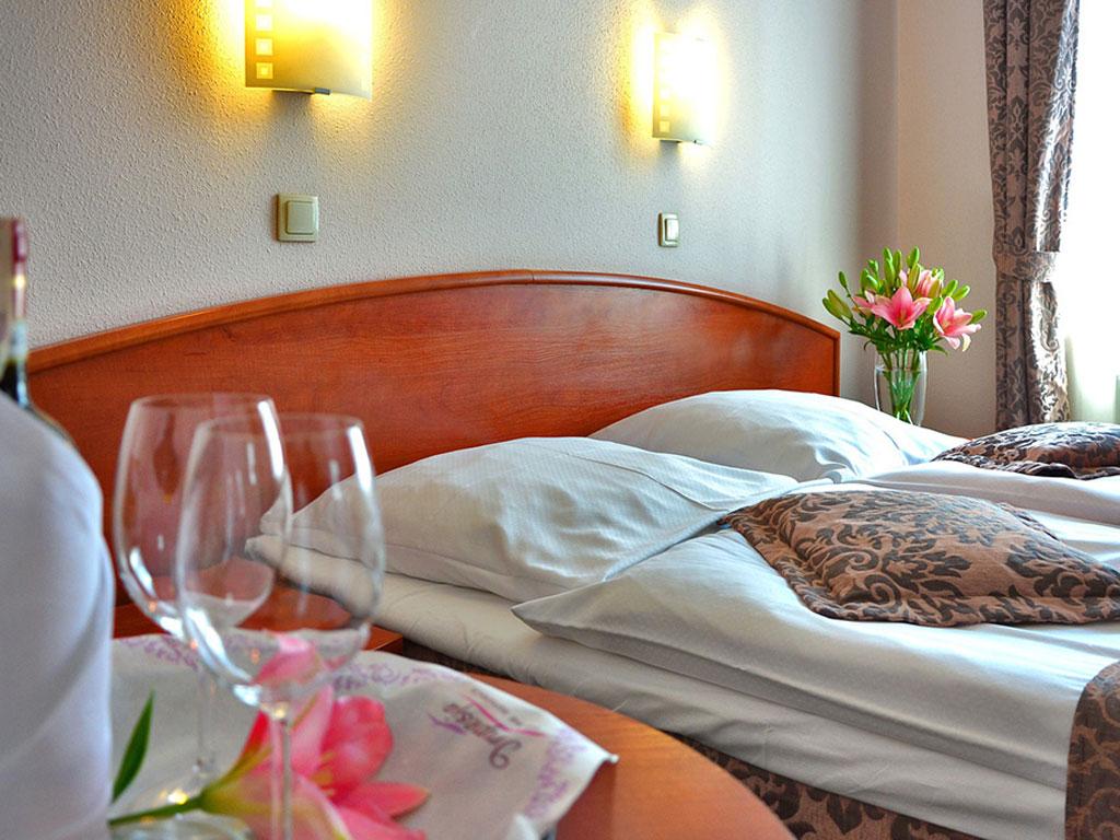 Einladendes Hotelzimmer mit Doppelbett