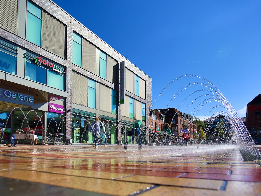 Fussgängerzone mit Springbrunnen und Schaufenstern von Geschäften