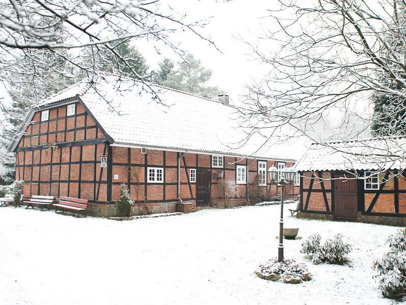 """Mitten im Klecker Wald in der Gemeinde Rosengarten steht """"Dat ole Försterhus"""", ein hübsches Bauernhaus mit großer Diele, einer offenen Herdfeuerstelle, Poststube und Jagdzimmer."""