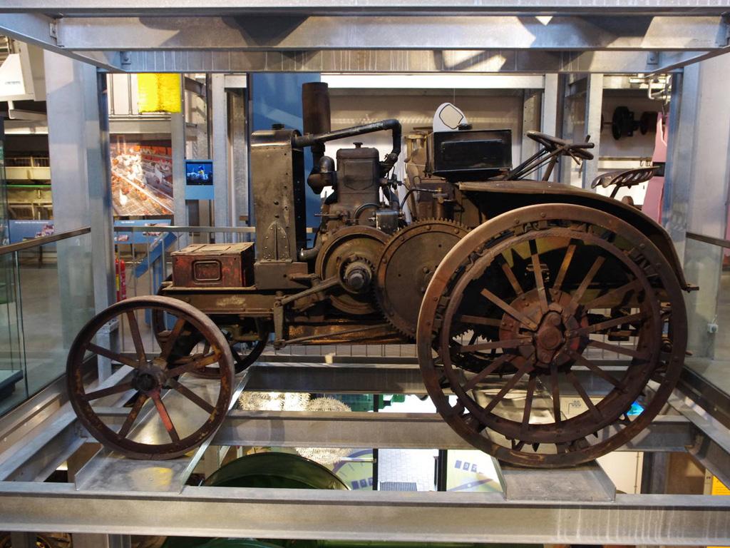 Ein sehr alter Traktor in der Ausstellung