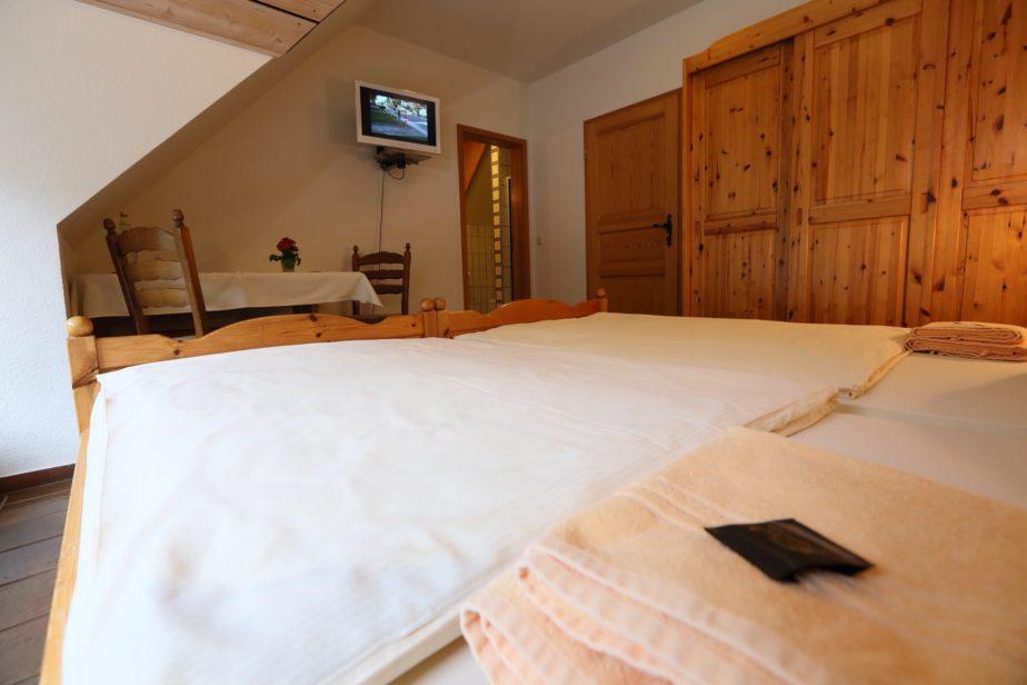Doppelzimmer mit Blick auf den Kleiderschrank sowie Fernseher.