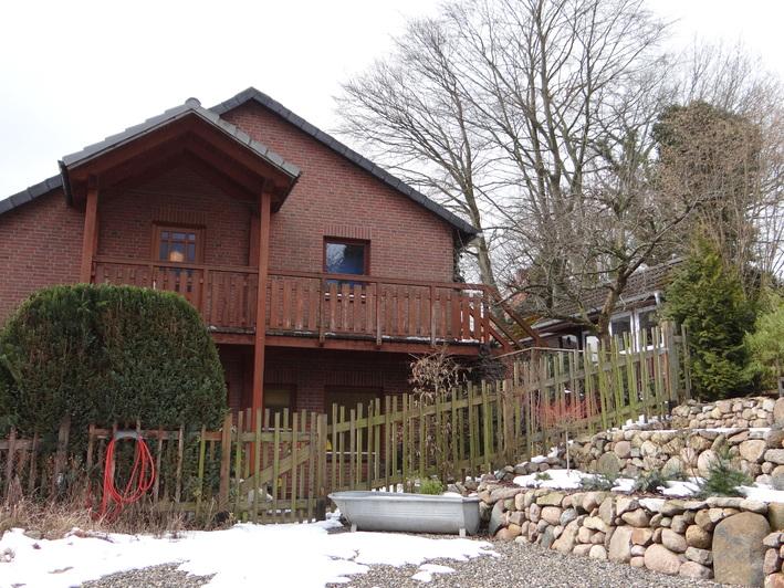 Zweifamilienhaus in Hanglage mit großem Balkon