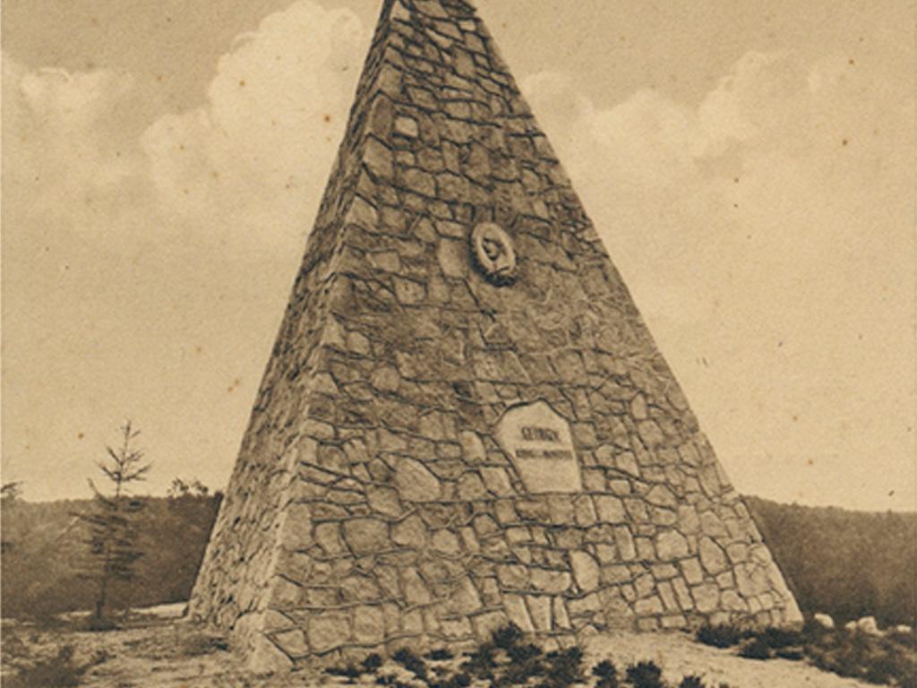 8 Meter hohe Granitpyramide mit Wappen und Inschrift