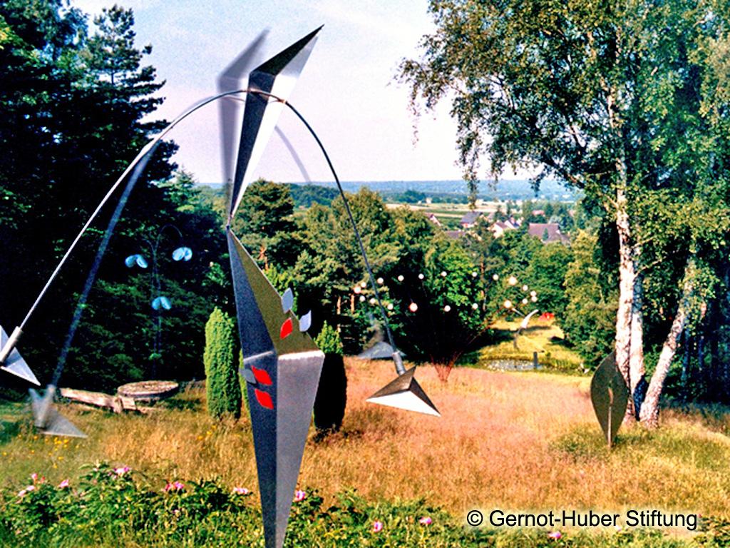Skulpturen in reizvoller hügeliger Landschaft