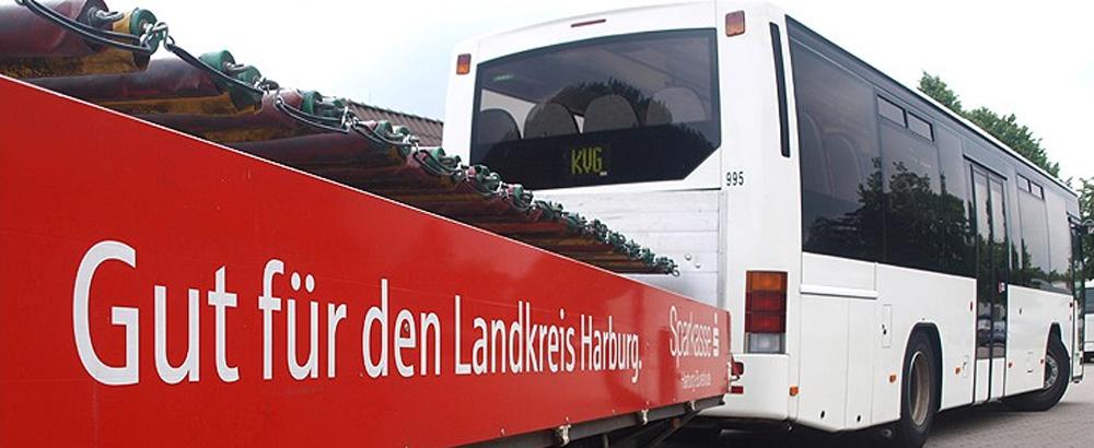 Großer Reisebus mit rotem Anhänger für Fahrräder