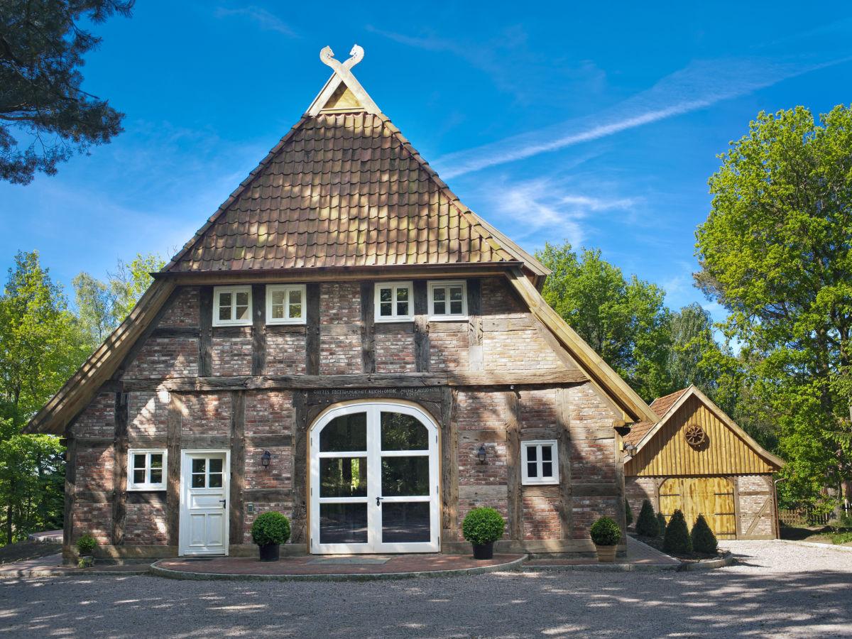 Historisches Fachwerkhaus in ländlicher Umgebung