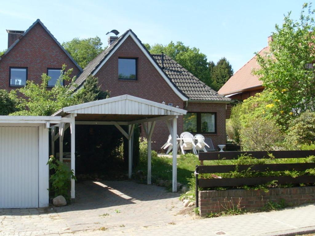 Ferienhaus in ruhiger Seitenstrasse von Tötensen. Ein Carport und eine Garage befinden sich vor dem Haus.