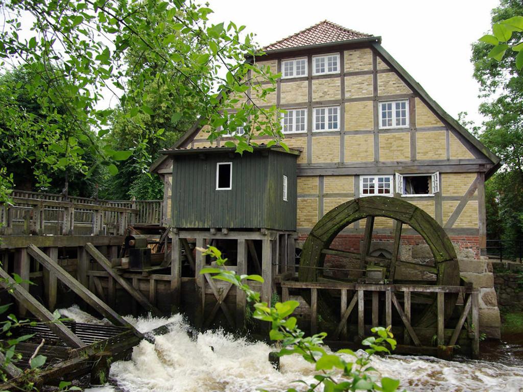 Das Mühlenmuseum Moisburg an dem Fluss Este mit großem Mühlrad
